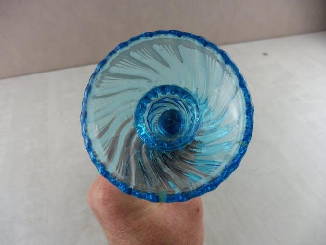 Ancien bougeoir, en verre moulé bleu