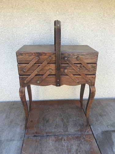 Ancienne travailleuse, boîte à couture à 3 étages en bois et pieds style Louis XV vintage