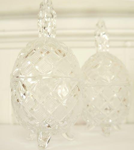 Paire de bonbonnières tripode ananas en cristal taillé