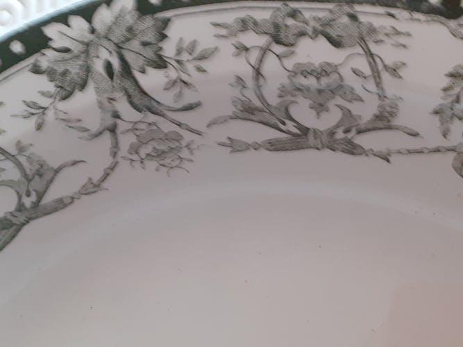 Plat creux à fond blanc et décor vert kaki St Amand Hammage La Ruche