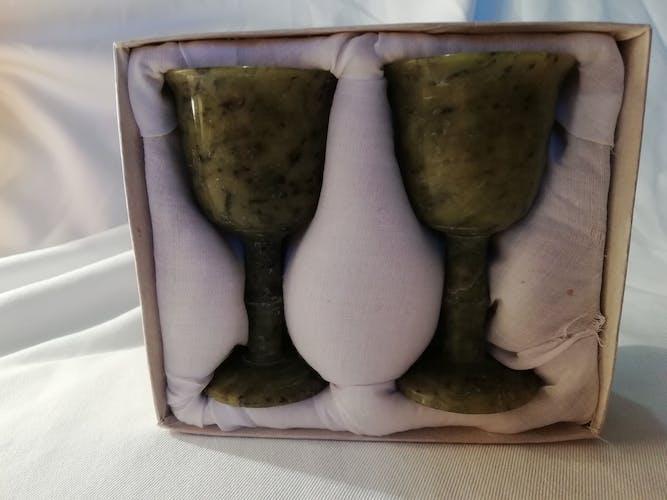 Paire de verres à pied en jade dans leur écrin