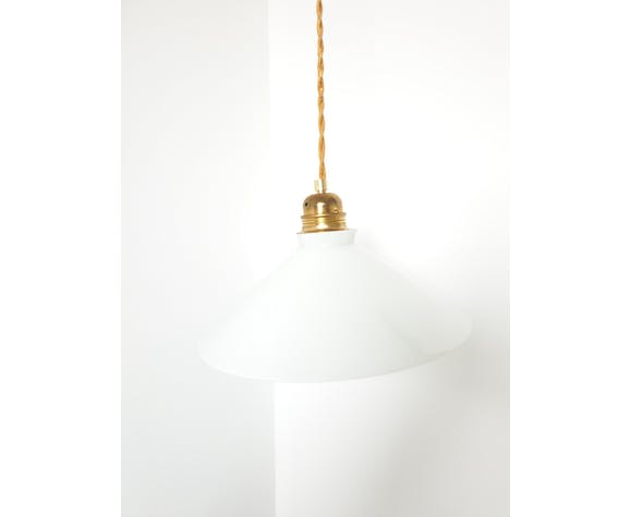 Smooth conical opaline suspension