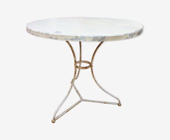 Table métallique ronde et blanche de jardin