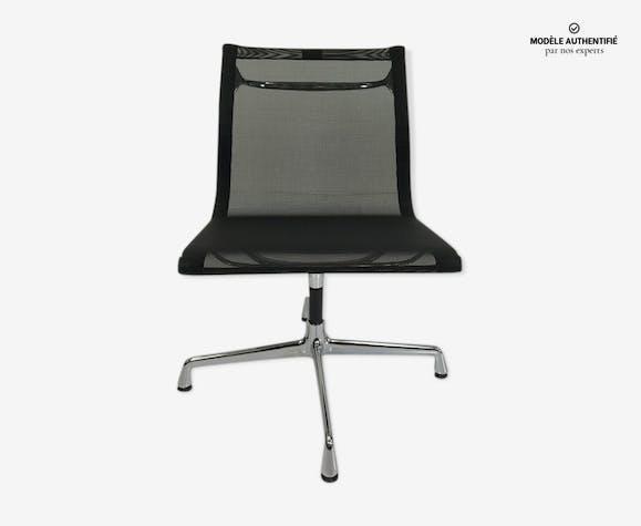 Chaise EA 107 par Charles et Ray Eames pour Vitra