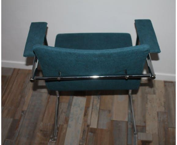 Chaise design des années 80 piètement chromé et velours bleu
