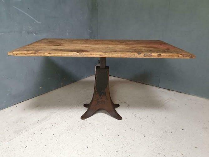 Table de salle à manger avec les pieds en fer