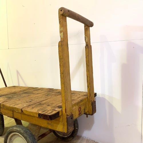 Ancien chariot industriel