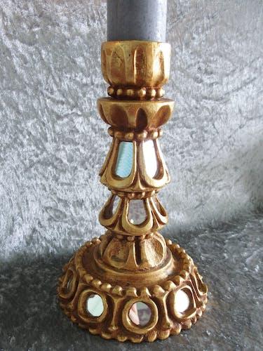 Paire de bougeoirs en bois doré incrusté de petits miroirs