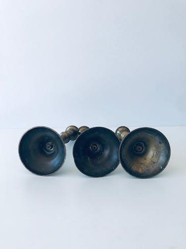Trio de bougeoirs anciens en laiton
