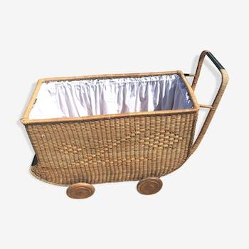 Chariot vintage pour bébés en rotin
