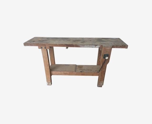Ancien établi de menuisier en bois avec étau