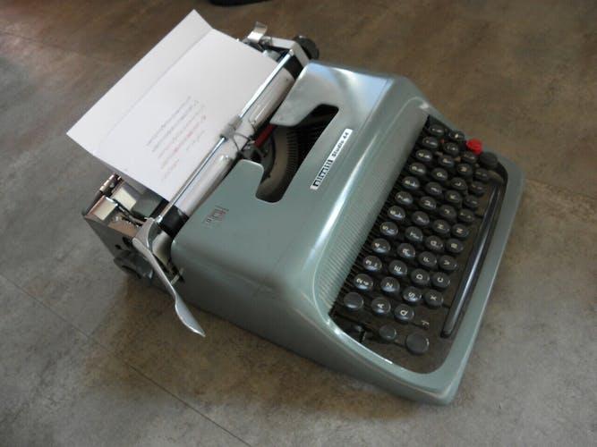 Machine à écrire Olivetti Studio 44  vintage