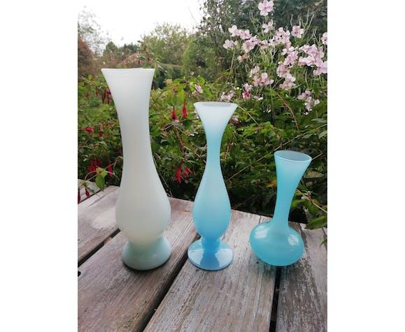 Trio de vases en opaline bleue