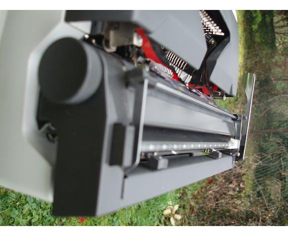 Machine a écrire olympia automatic blanche révisée avec sa sacoche