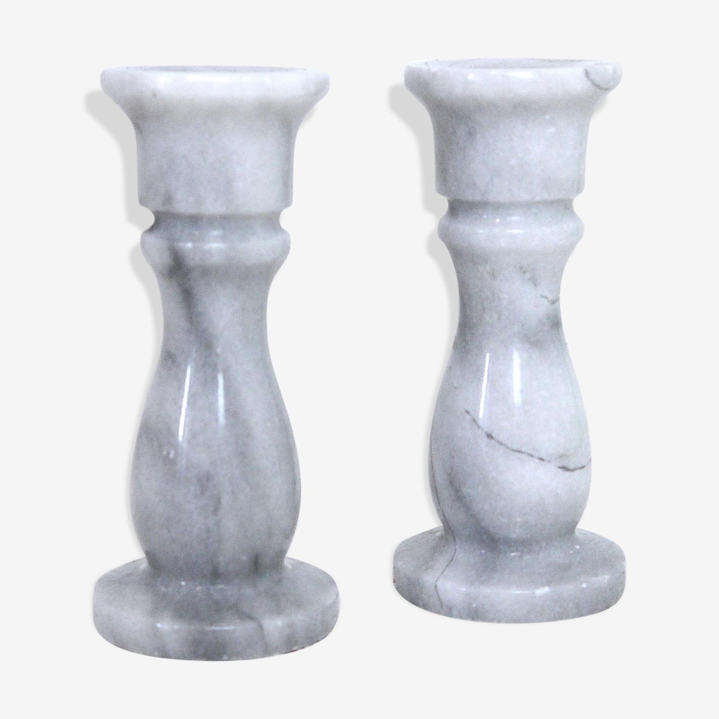 Deux bougeoirs en onyx marbré gris et blanc