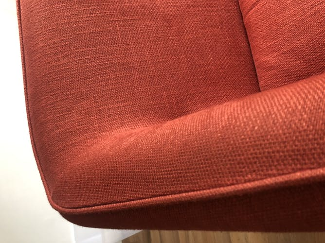 Canapé rouge en tissu