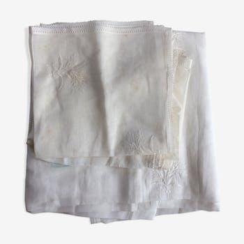 Nappe en linon blanc avec motifs fleurs en broderie ton sur ton. + 7 serviettes.