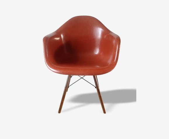 Fauteuil DAW vintage (Dining Armshell Wooden base) couleur terracotta, design Charles Eames