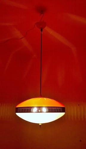 Suspension rouge de plexiglas fabriquée en Italie années 1950.