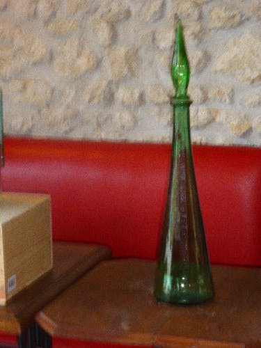 Bouteille en verre a facettes vertes vintage 1970, avec son bouchon
