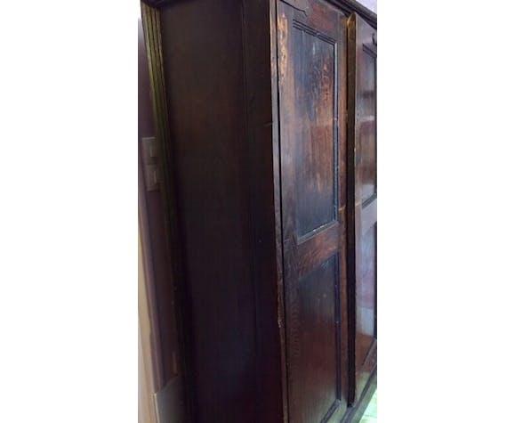 Armoire indienne dont l'intérieur est tapissé de tissu