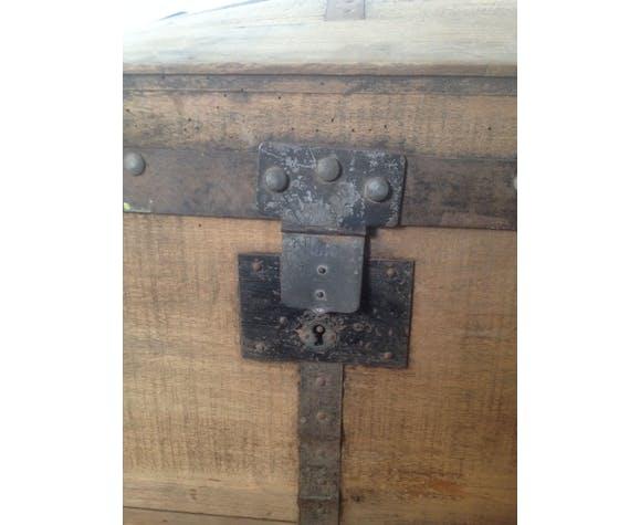 Wooden bulging travel trunk, black steel fittings