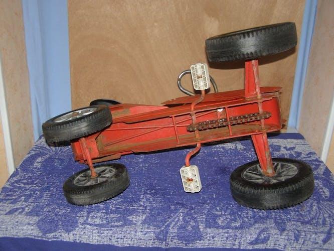 Ancienne voiture à pédale en métal Mobilgrue Nordest   de Morellet Guerineau (MG)