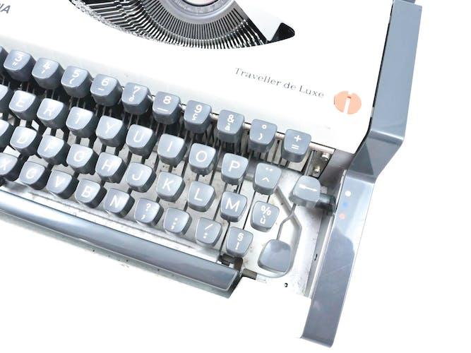 Machine à écrire Olympia Traveller de Luxe blanche revisée avec ruban neuf et valise cuir