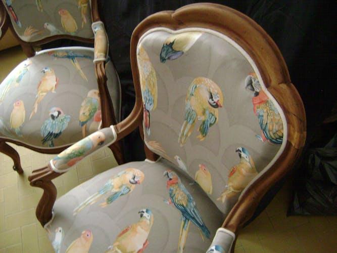 Paire de fauteuils en bois naturel epoque 1880/1900 retapissés tissus oiseaux et perroquets