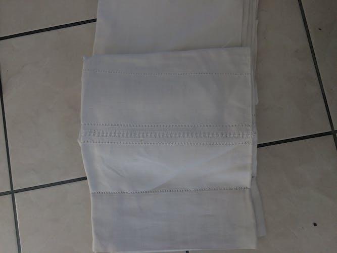 Drap blanc avec des jours et monogramé