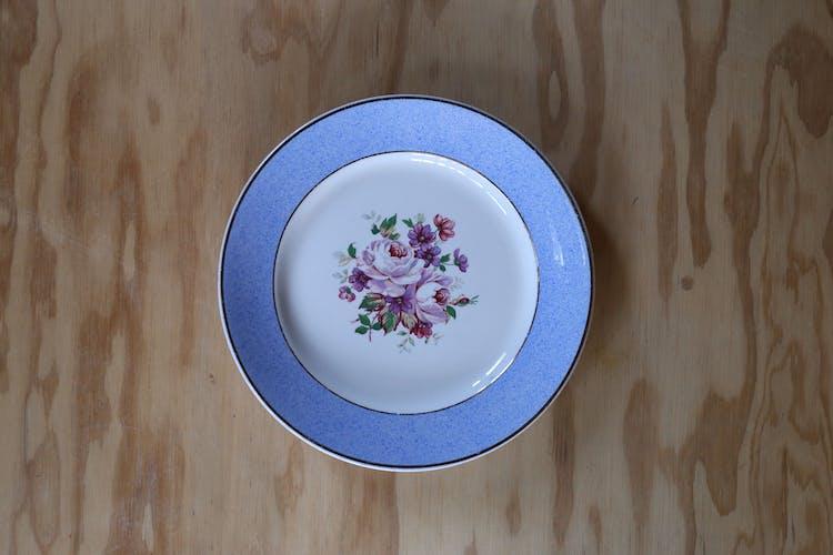 6 assiettes Badonviller rebord bleu et motif fleuri