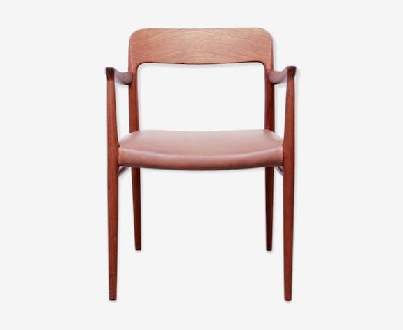 Chaise Confortable Avec Accoudoirs Conue Par Niels Mlle