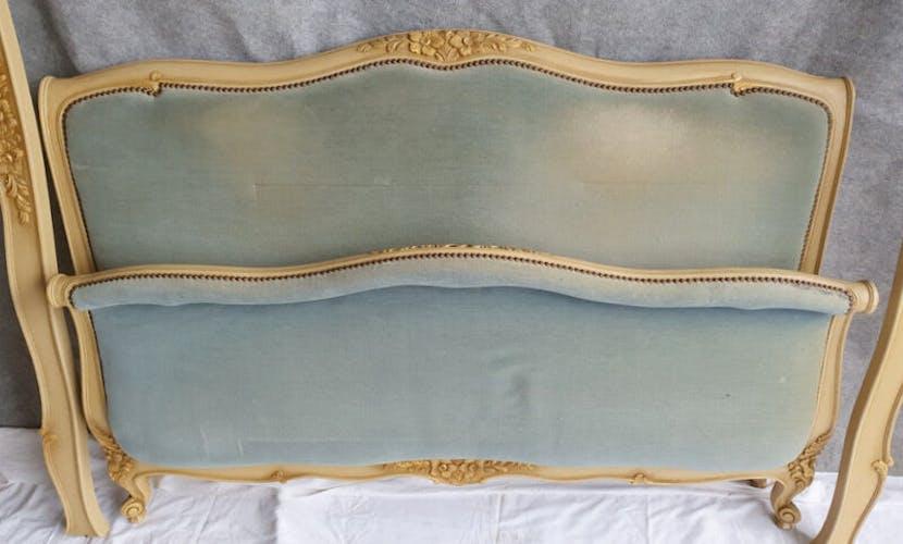 Lit corbeille bois ceruse blanc et dorure velours bleu clair