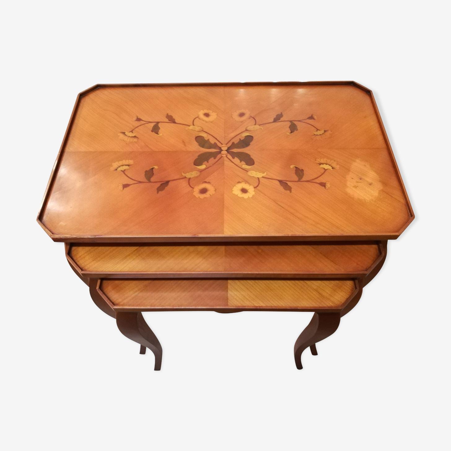 Tables gigognes en merisier et marqueterie