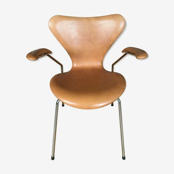 Chaise Série 7 cuir walnut Arne Jacobsen