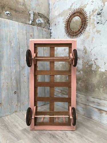 Berceau à roulettes en bois patiné rose, vers 1950