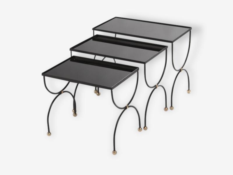 Tables gigognes en fer forgé, bronze et verre noir