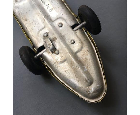 Ancienne voiture de course en tole peinte cccp