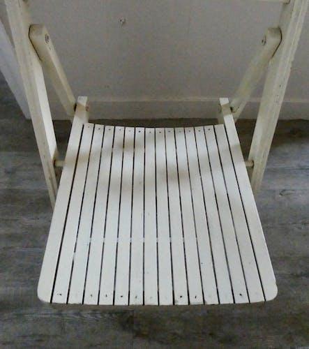Chaise pliante en bois patine crème des années 70