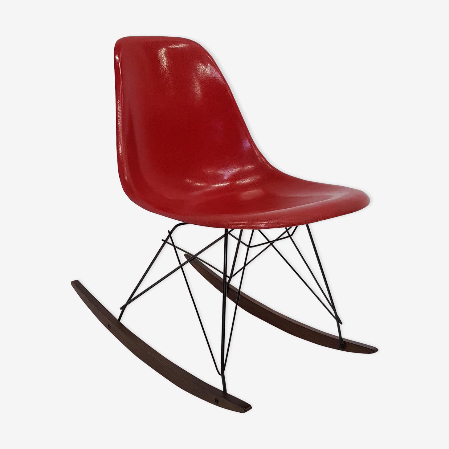 Rocking chair Eames en fibre de verre rouge des années 70