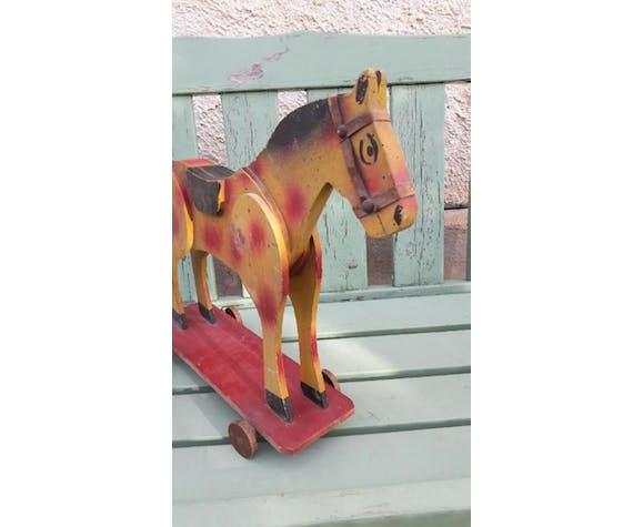 Ancien jouet cheval sur roulettes
