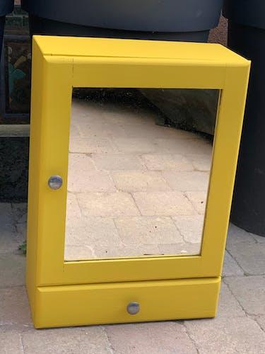 Armoire à pharmacie jaune poudrée