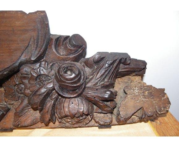 Fronton en bois sculpté