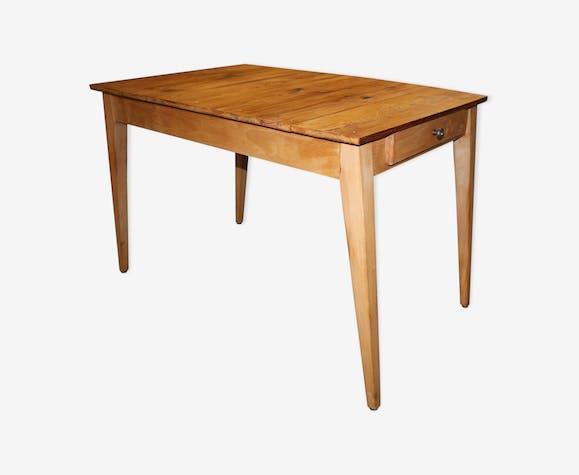 Table avec pieds compas