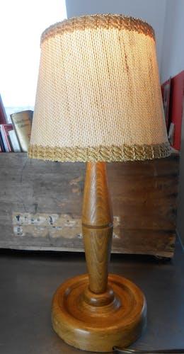 Lampe vintage en bois et abat jour en fines cordes tressées