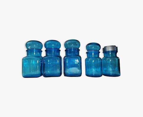 Suite de flacons en verre bleu transparent