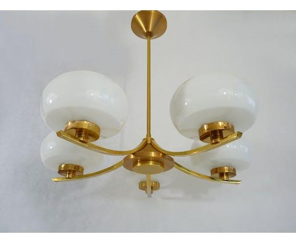 Lustre italien métal doré, laiton et globe en verre opaline blanc à 5 feux