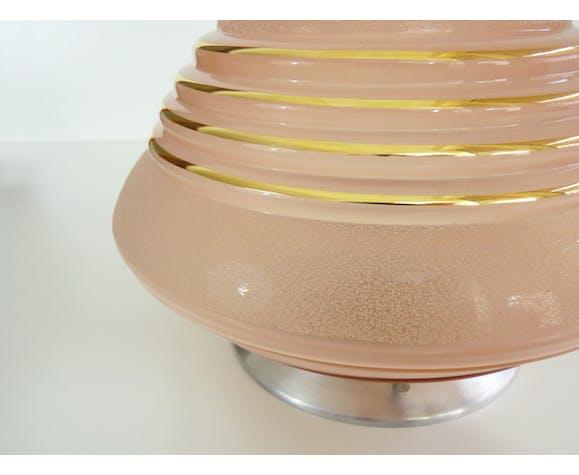 Plafonnier lampe en verre rose opaque granité et liseré doré, structure aluminium.