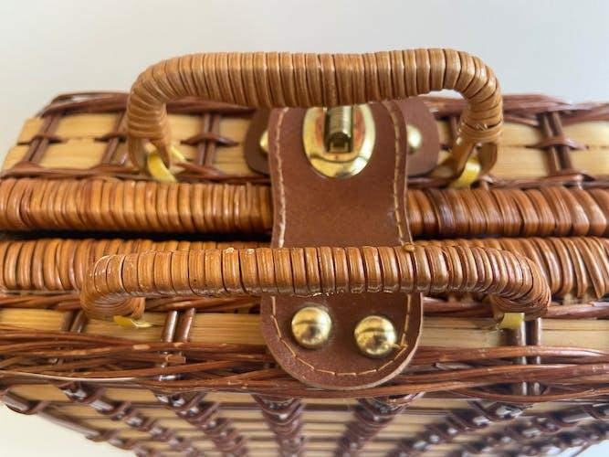 Panier de pique-nique en osier avec vaisselle