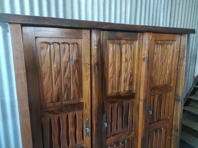 Armoire 3 portes brutaliste en orme massif
